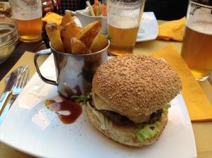 Mon coup de coeur du salon EurHop de Rome, une pils houblonnée à 5% avec un burger de chez Bir & Fud.